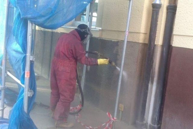 Tryskání pískem: Moderní metoda čištění umělých i přírodních povrchů